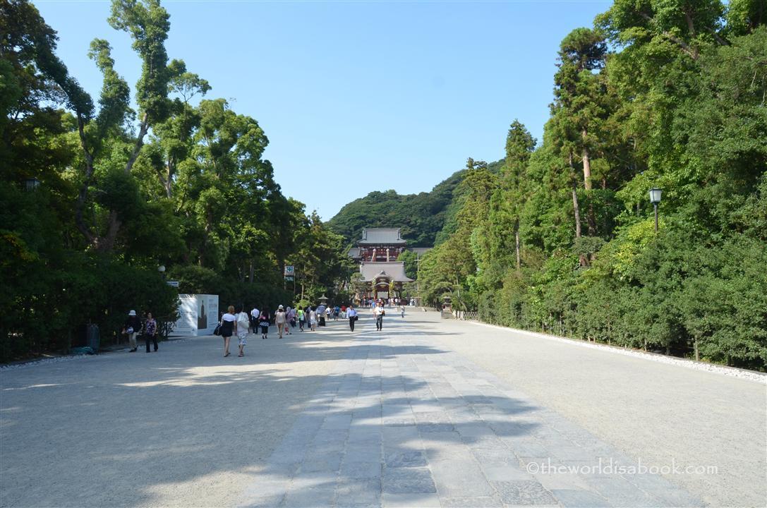 Kamakura walkway to temple