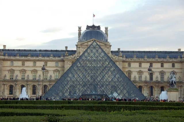 A visit to Paris just wouldn't be complete without a visit to the world famous Louvre museum.   This was one of the things I had looked forward to seeing (my...