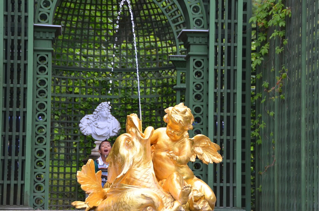 Linderhof fountain with kids