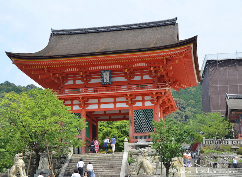 Kyoto kiyomizudera deva gate entrance